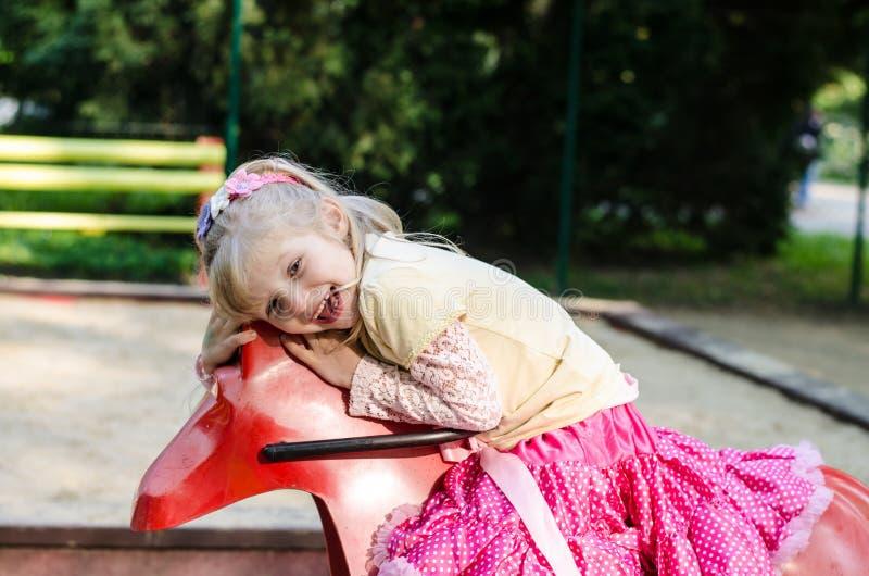 Download Meisje in speelplaats stock afbeelding. Afbeelding bestaande uit glimlach - 54085155