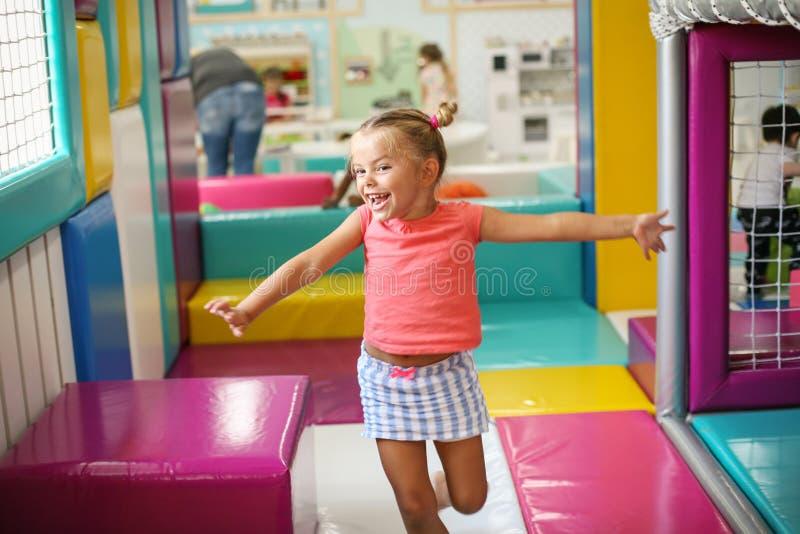 Meisje in speelplaats royalty-vrije stock afbeelding