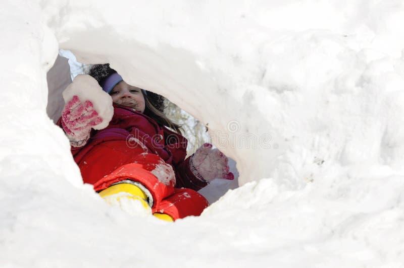 Meisje speelt in sneeuw royalty-vrije stock foto's