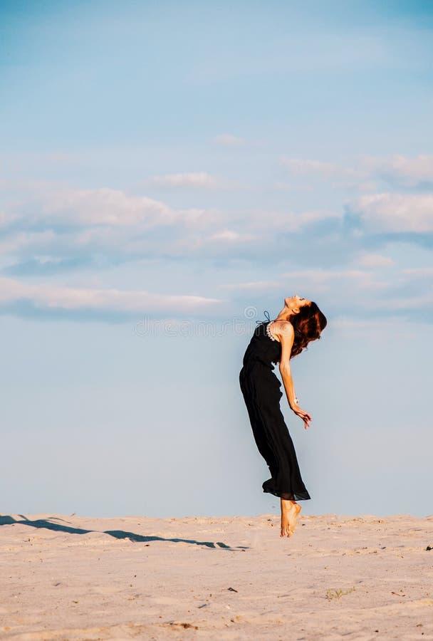 Meisje in sprong Vrijheid royalty-vrije stock afbeelding