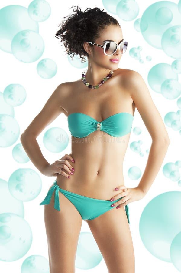 Meisje in strandslijtage met zonnebril royalty-vrije stock foto