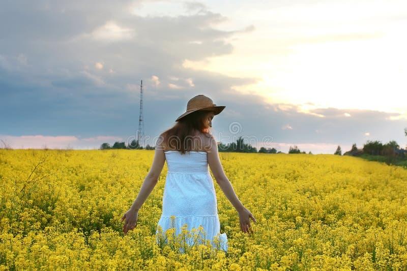 Download Meisje In Strohoed Op Een Gebied Van Het Gele Bloemen Tot Bloei Komen Stock Foto - Afbeelding bestaande uit kleur, schoonheid: 107707696