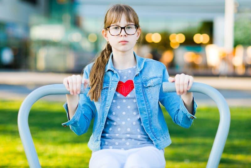 Meisje in t-shirt met de schouders van de hartoefening royalty-vrije stock afbeeldingen