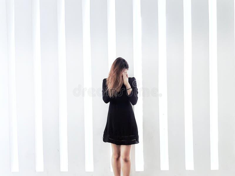 Meisje tegen muur stock foto's