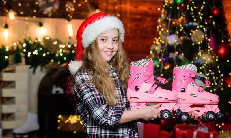 Meisje tevreden met kerstcadeau Kerstcadeau die ze gedroomd heeft Beste cadeau ooit Gefeliciteerd nieuw jaar Dreams komen royalty-vrije stock afbeelding