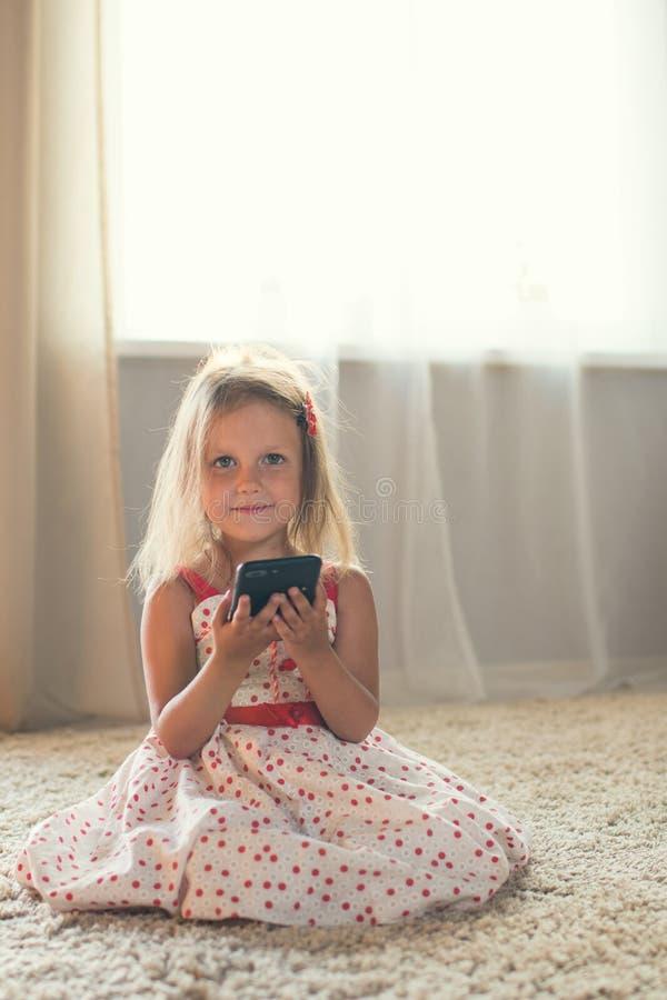 Meisje thuis stock afbeeldingen