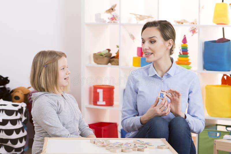 Meisje tijdens logopedie royalty-vrije stock afbeelding
