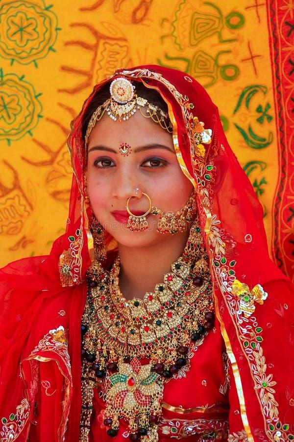 Meisje in traditionele kleding die aan Woestijnfestival deelnemen, Jaisal stock foto