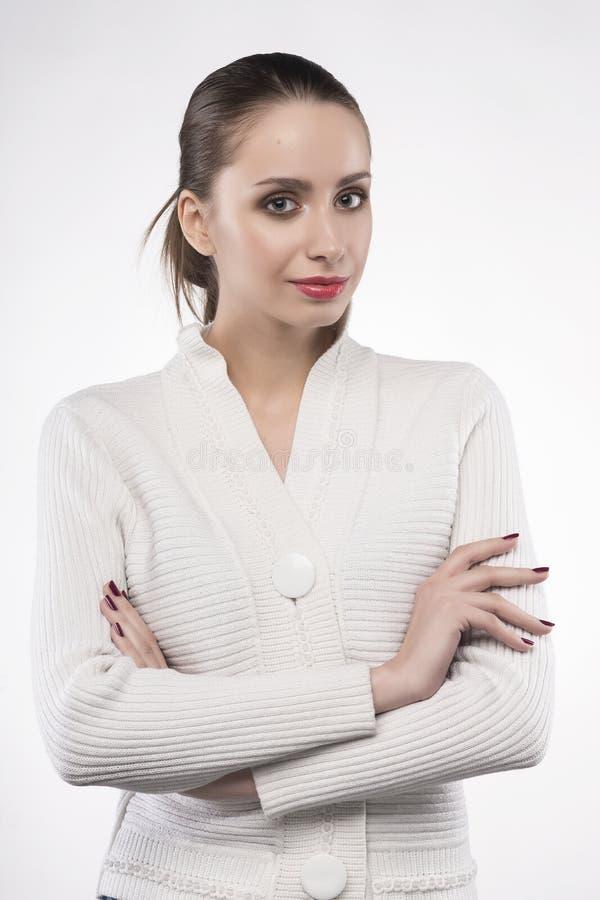 Meisje in trui op wit wordt geïsoleerd dat stock afbeelding