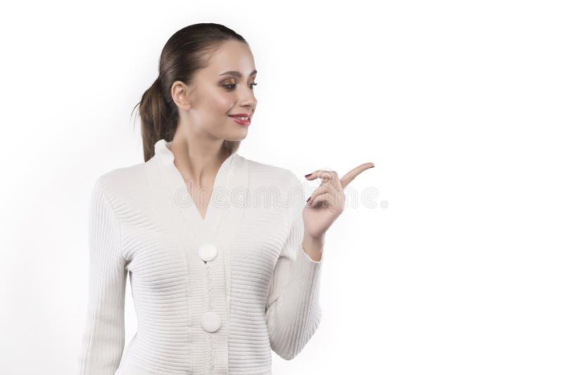 Meisje in truipunten aan iets geïsoleerd op wit stock fotografie