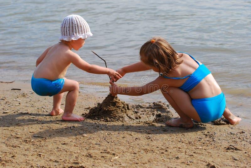 Meisje twee op strand royalty-vrije stock afbeeldingen