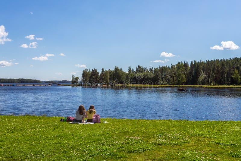 Meisje twee rust op meerkust stock afbeelding