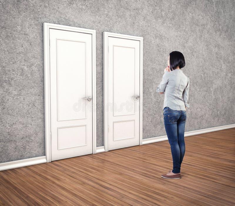 Meisje vóór deuren stock foto
