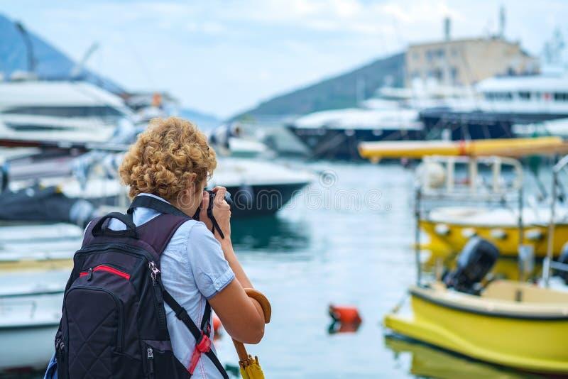 Meisje van achter het fotograferen op de strandboulevardpromenade royalty-vrije stock foto