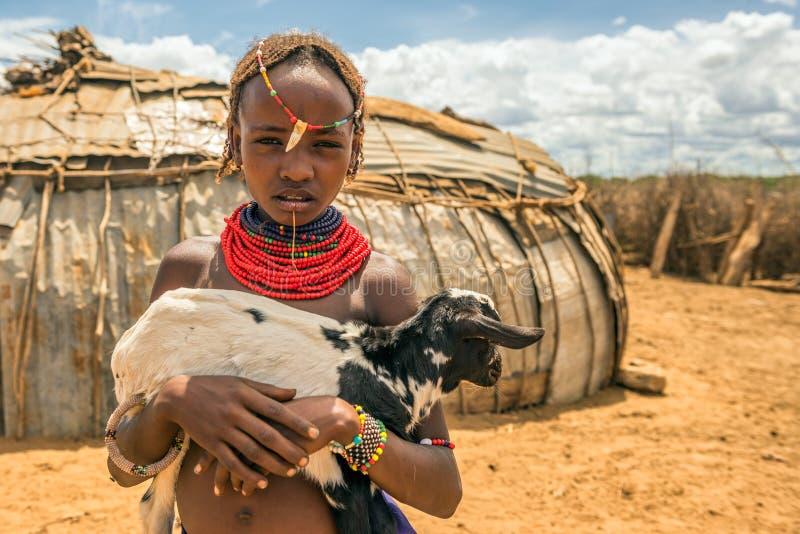 Meisje van de Afrikaanse stam Dasanesh die een geit houden stock foto