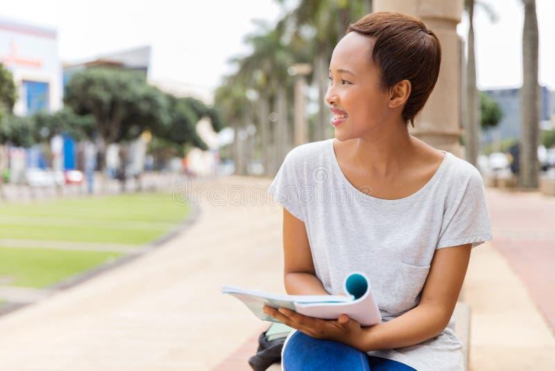 Meisje van de Afro het Amerikaanse universiteit stock afbeelding