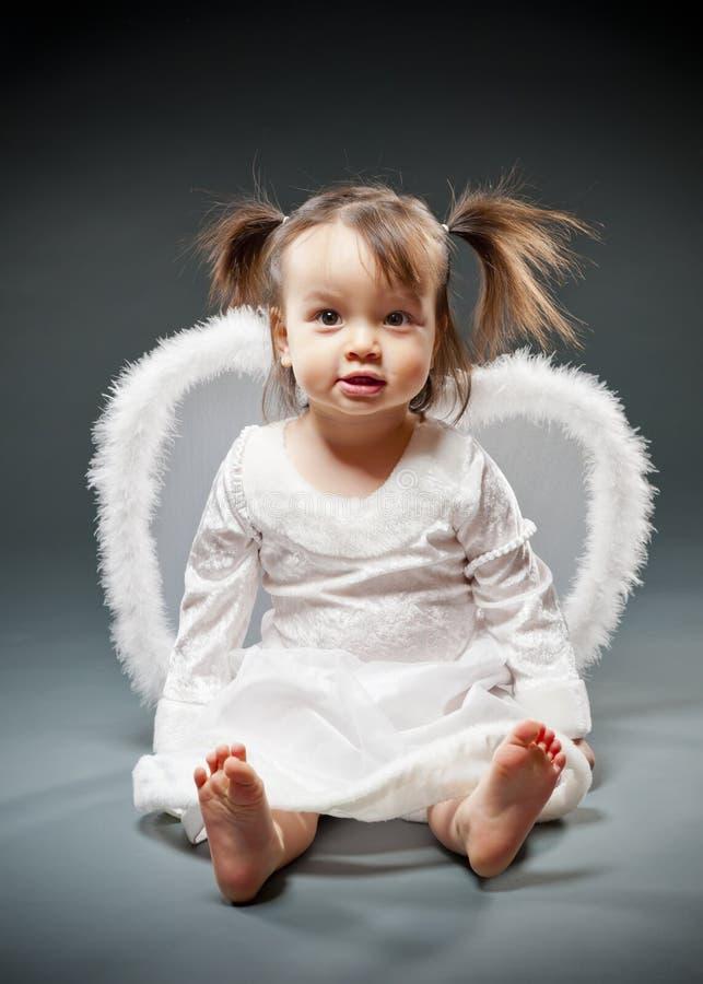 Meisje van de baby kleedde zich als engel stock foto's