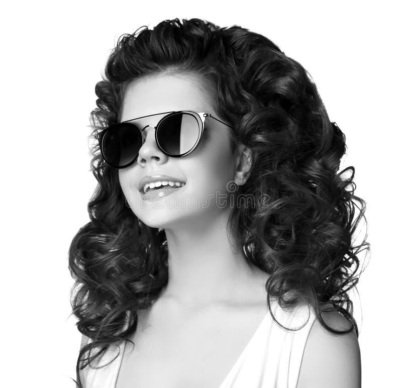 Meisje van de manier het glimlachende die tiener in zonnebril op witte backgr wordt geïsoleerd royalty-vrije stock foto