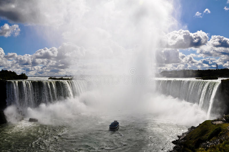 Meisje van de mist die in Niagara Falls vaart. royalty-vrije stock foto's