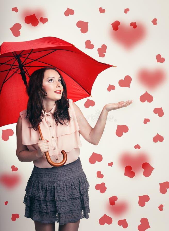 Meisje van de mooie het verraste valentijnskaart met paraplu in liefde stock fotografie