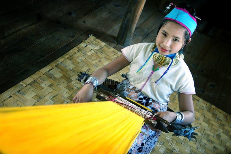 meisje van de Padaung-stam, de mensen die van Karen met koperringen rond zijn hals, aan l werken royalty-vrije stock fotografie