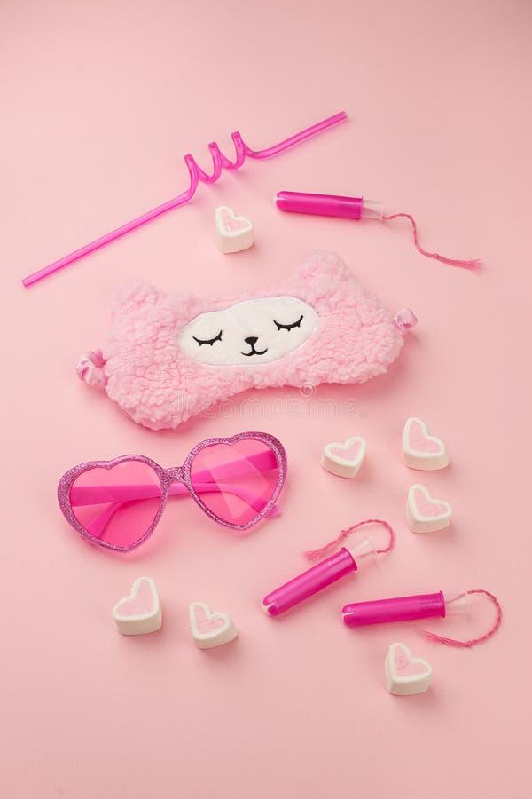 Meisje van de roze manier plaatste het in vrouw met hart gevormde zonnebril, slaapband, tampon, stro, zoetheid op suikergoed roze royalty-vrije stock foto