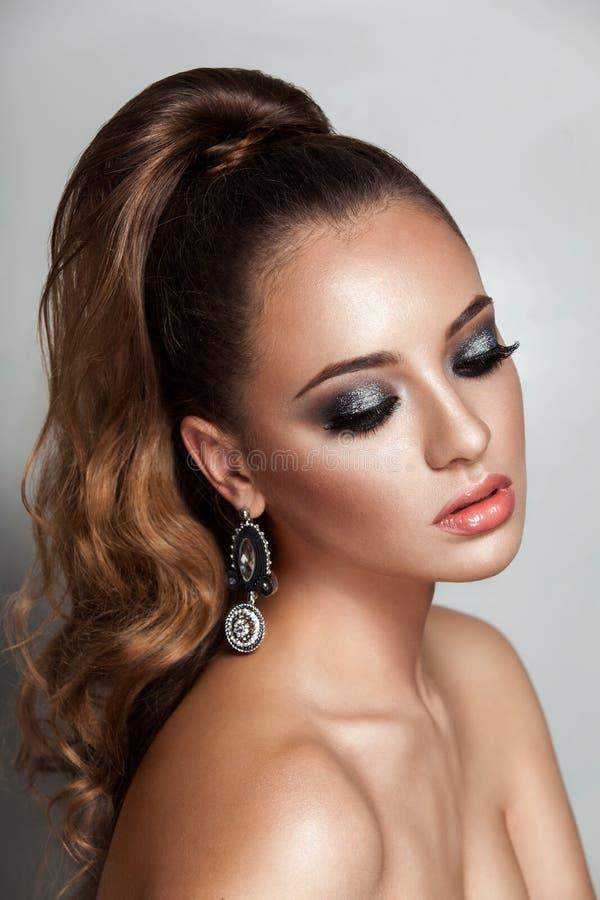 Meisje van de schoonheids het donkerbruine mannequin met lange gezonde krullende bruine haarpaardestaart royalty-vrije stock foto