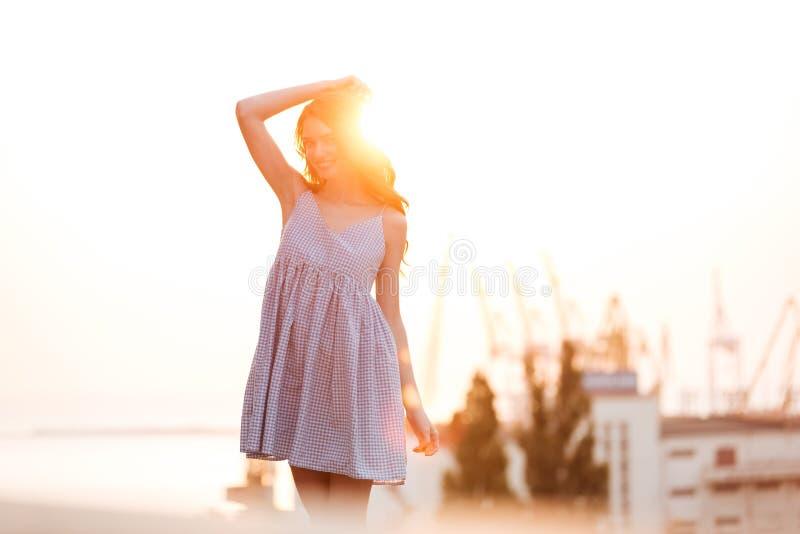 Meisje van de schoonheids het Gelukkige Gember in kleding het stellen op de zonsondergang royalty-vrije stock fotografie