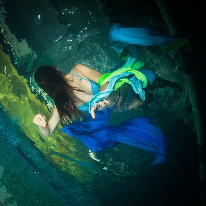 Meisje van enge films in de pool stock afbeelding