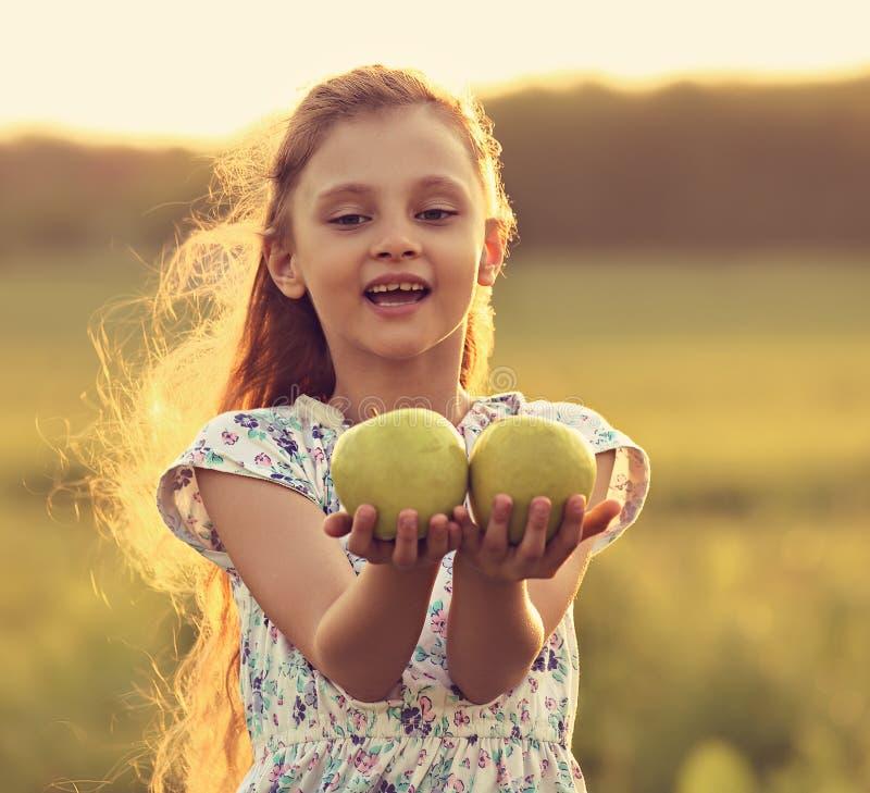 Meisje van het pret het mooie jonge geitje met lang haar die en groene a joying houden stock afbeeldingen