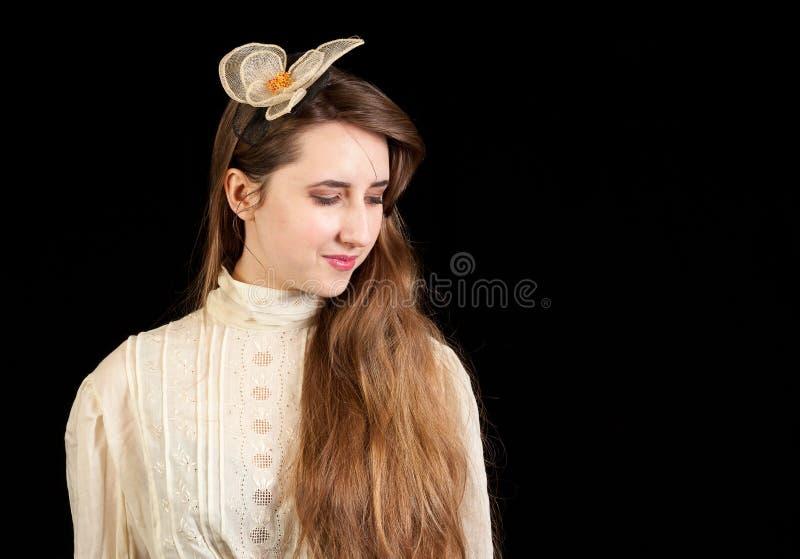 Meisje in Victoriaanse kleding met haarstuk stock afbeeldingen