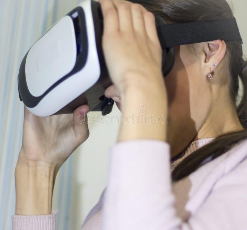 Meisje in virtuele glazen stock afbeeldingen