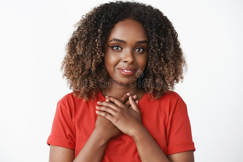 Meisje voelen dankbaar voor snoepje en gulle giftholdingspalmen perste aan borst oprecht en mooi glimlachen samen stock afbeelding