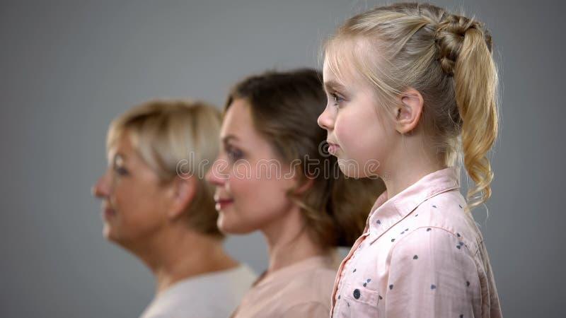Meisje, volwassen vrouw en hoger dame zijaanzicht, familiegeneraties, toekomst stock fotografie