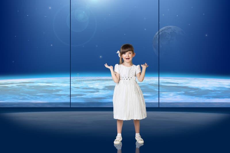 Meisje voor het venster royalty-vrije stock afbeeldingen
