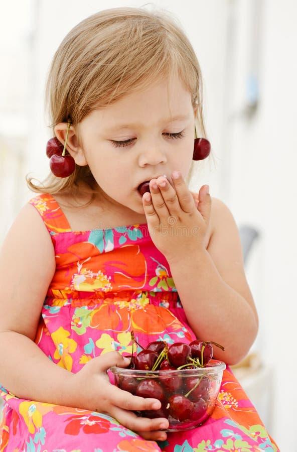 Meisje vrolijk eten stock fotografie