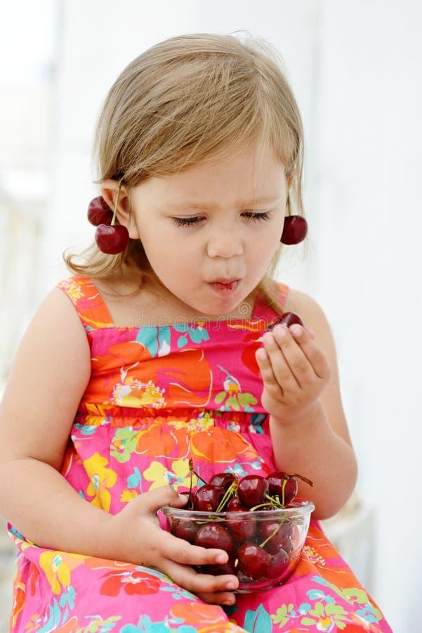 Meisje vrolijk eten royalty-vrije stock foto