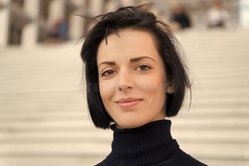 Meisje of vrouwenglimlach met natuurlijk make-upgezicht royalty-vrije stock afbeeldingen
