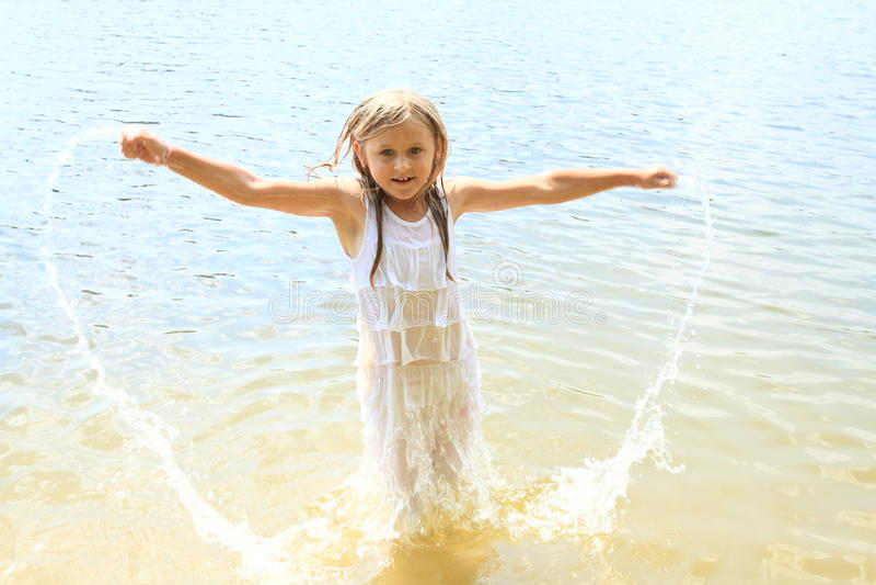 Meisje in water stock afbeeldingen