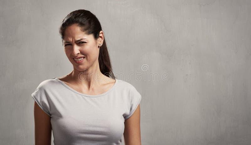 Meisje weerzinwekkende gezichtsuitdrukking stock afbeelding