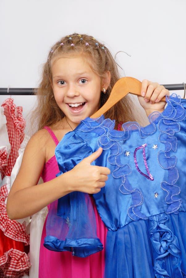 Meisje in winkel van kleding royalty-vrije stock afbeeldingen