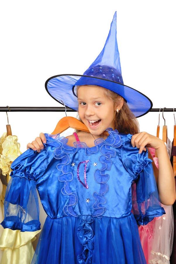 Meisje in winkel van kleding. stock foto