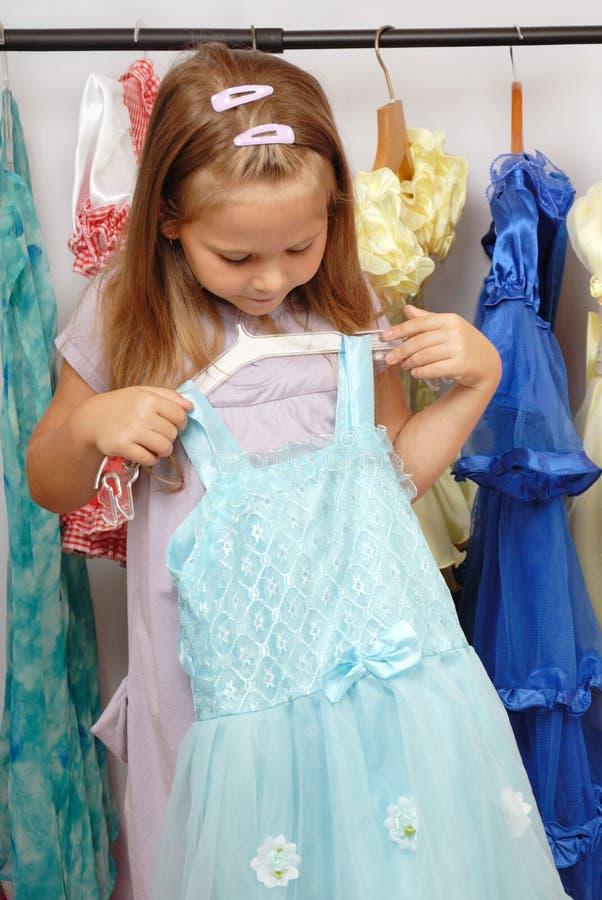 Meisje in winkel van kleding stock foto