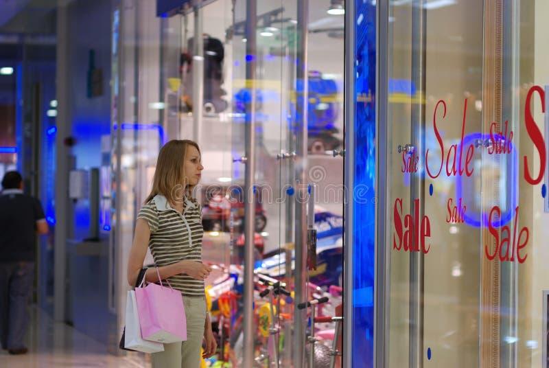 Meisje in winkelcomplex