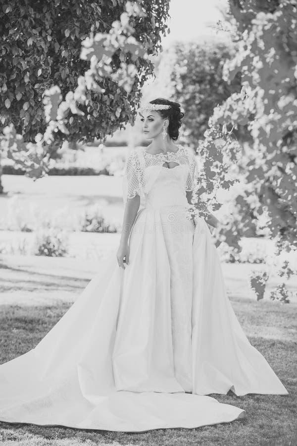 Meisje in witte bruids kleding stock foto