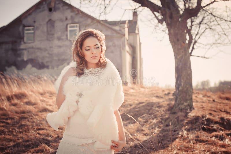 Meisje in witte kleding Bruid in het park Foto in uitstekende stijl geheimzinnigheid stock foto