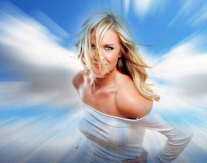 Meisje in wolken stock afbeelding