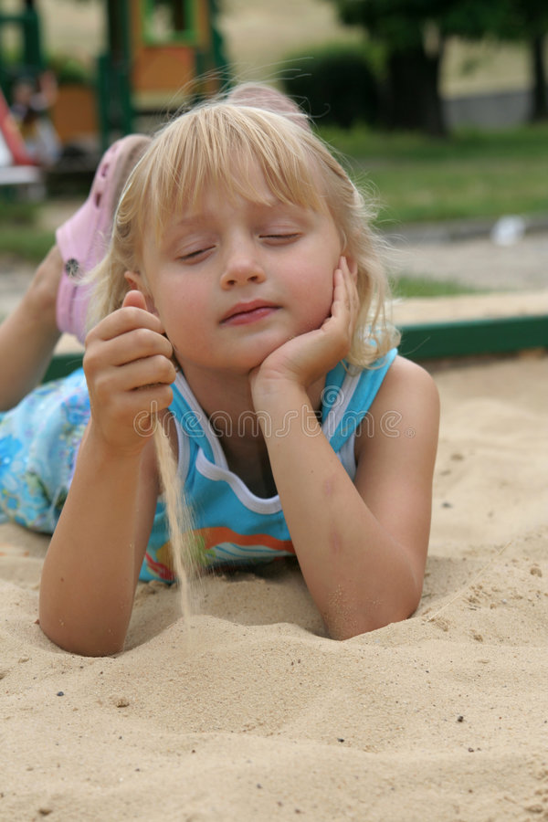 Meisje in Zand stock afbeelding