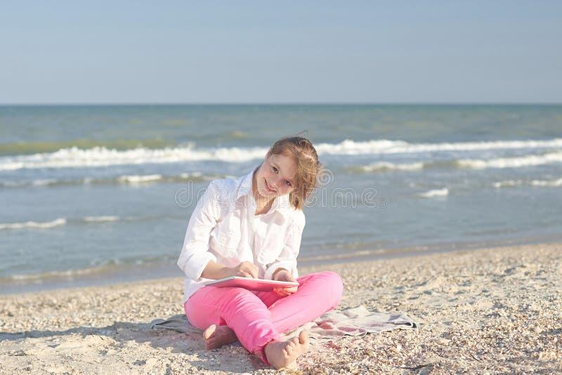 Meisje zeventien-jaar-oud met Benedensyndroom op wi van het strandspel royalty-vrije stock fotografie