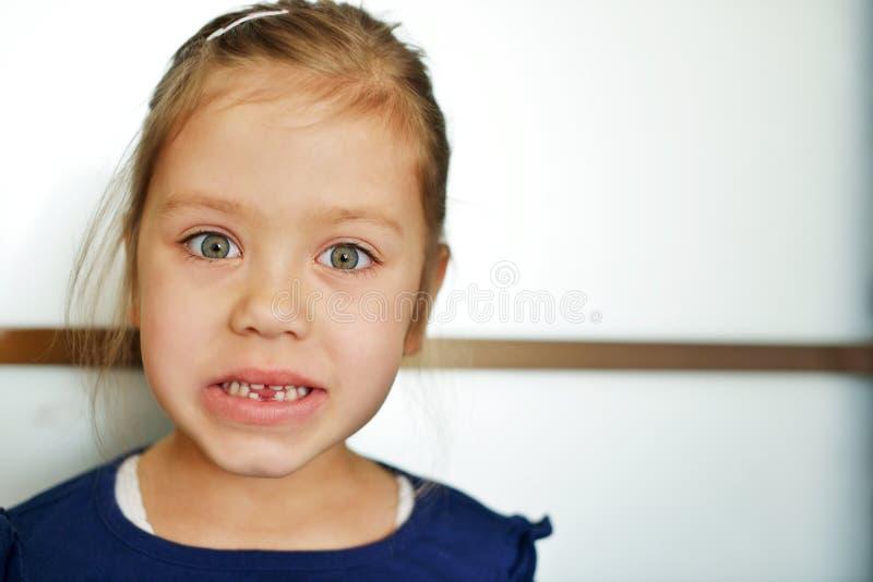 Meisje zonder tand royalty-vrije stock afbeeldingen